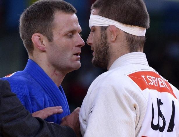 Alemão Ole Bischof, de azul, encara norte-americano Travis Stevens em momento tenso na semifinal