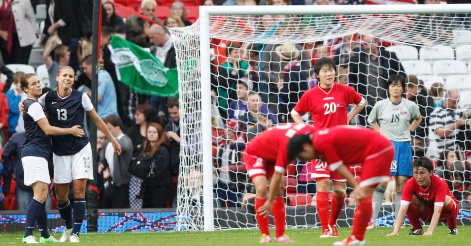 Alex Morgan e Kelley O'Hara celebram vitória contra norte-coreanas, em partida disputada no estádio Old Trafford em Manchester