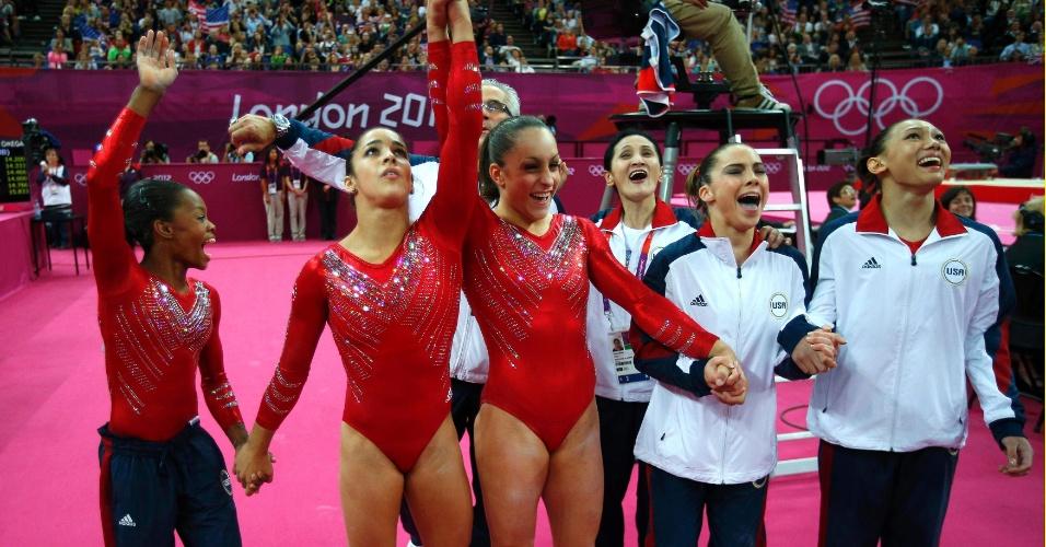 Americanas comemora ao vencer a final feminina por equipes da ginástica artística em Londres (31/07/2012)