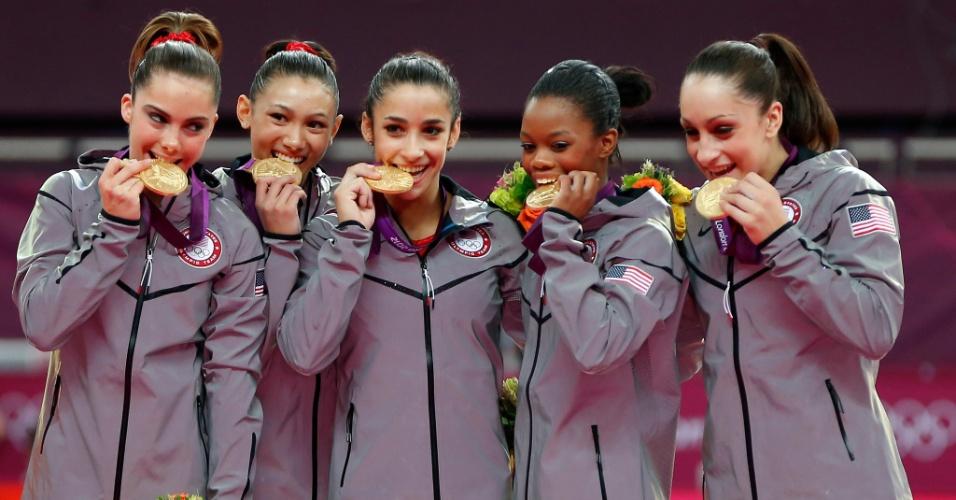 Americanas mordem as medalhas de ouro conquistadas por elas na final feminina por equipes da ginástica artística (31/07/2012)