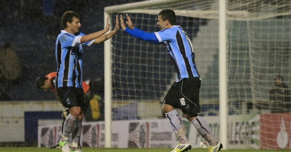 André Lima, do Grêmio, comemora gol pela Sul-Americana contra o Coritiba, em Porto Alegre