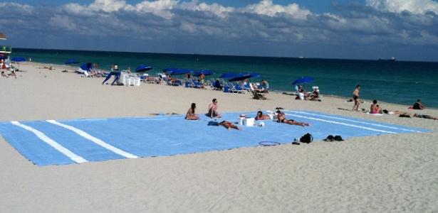 Artista Misael Soto coloca toalha de 17 metros em praia de Miami (30/7/12) - EFE