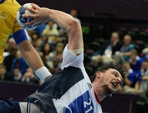 Atleta do Reino Unido salta para fazer o arremesso durante partida de handebol contra a Suécia (31/07/2012)