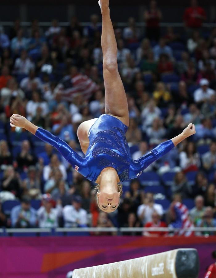 Britânica Imogen Cairns se apresenta na trave durante a final feminina por equipes da ginástica artística em Londres (31/07/2012)