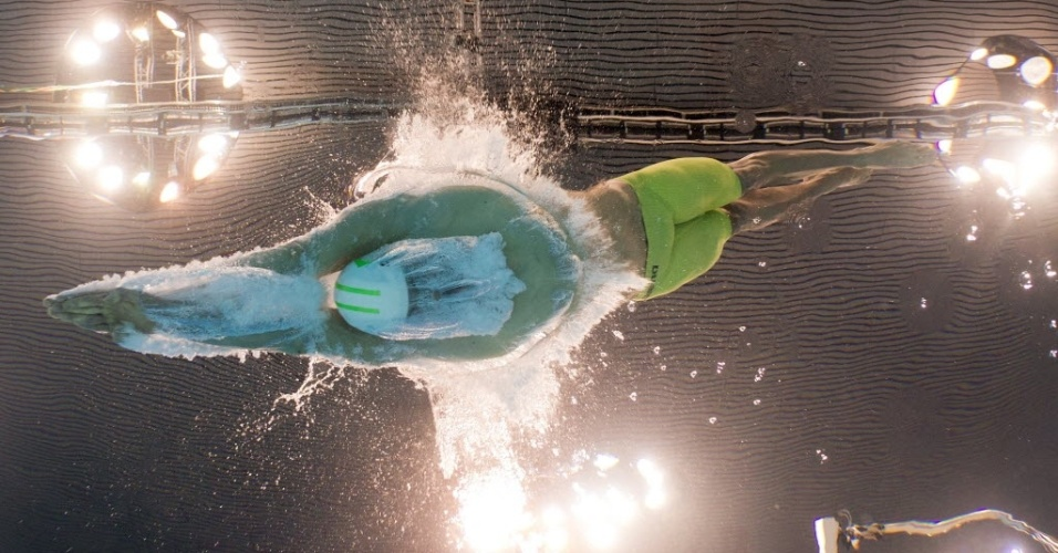 Cesar Cielo salta para disputar as semifinais dos 100 m livre