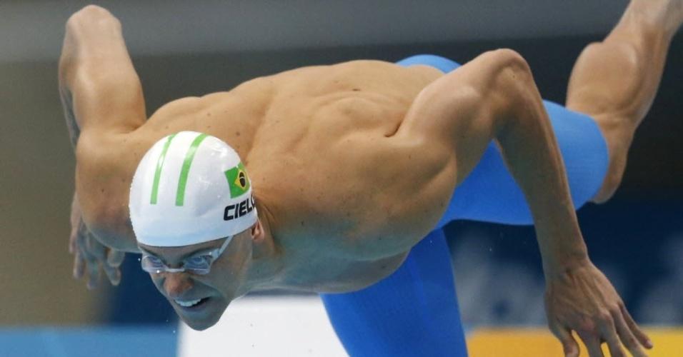 Cesar Cielo salta para nadar a primeira bateria das semifinais dos 100 m livre em Londres