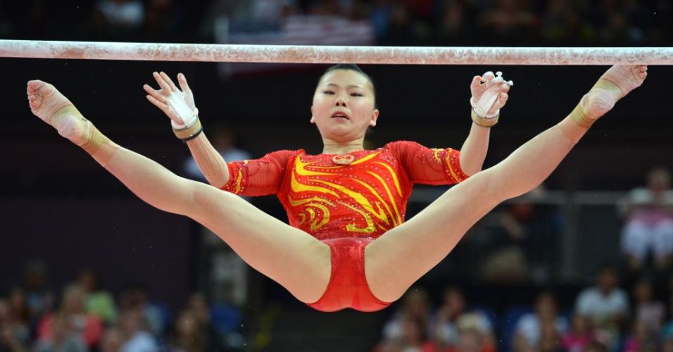 Chinesa He Kexin se apresenta nas barras assimétricas durante a final feminina por equipes de ginástica artística feminina em Londres (31/07/2012)