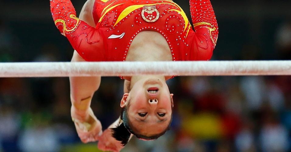 Chinesa Huang Qiushuang se apresenta nas barras assimétricas durante a final feminina por equipes de ginástica artística feminina em Londres (31/07/2012)