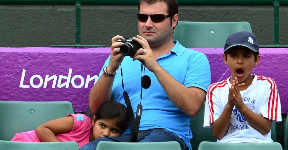 Crianças mostram pouca empolgação durante jogo de tênis olímpico em Wimbledon (31/07/2012)