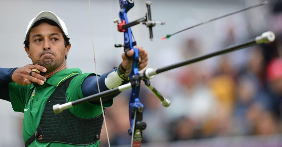 Daniel Rezende Xavier compete durante primeiro mata-mata do torneio individual masculino de tiro com arco, nesta terça-feira