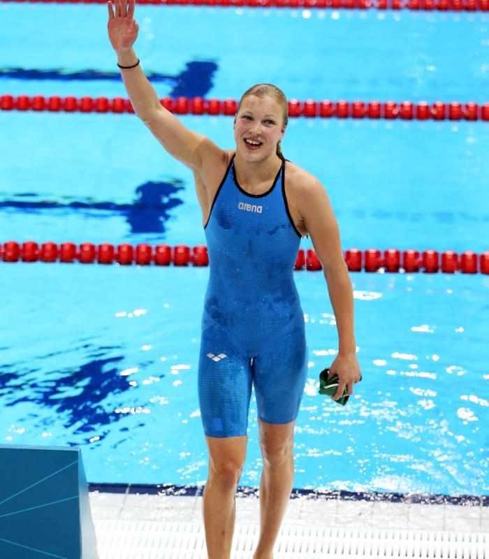 De azul, a adolescente lituana de apenas 15 anos tornou-se uma das grandes sensações da natação olímpica em Londres