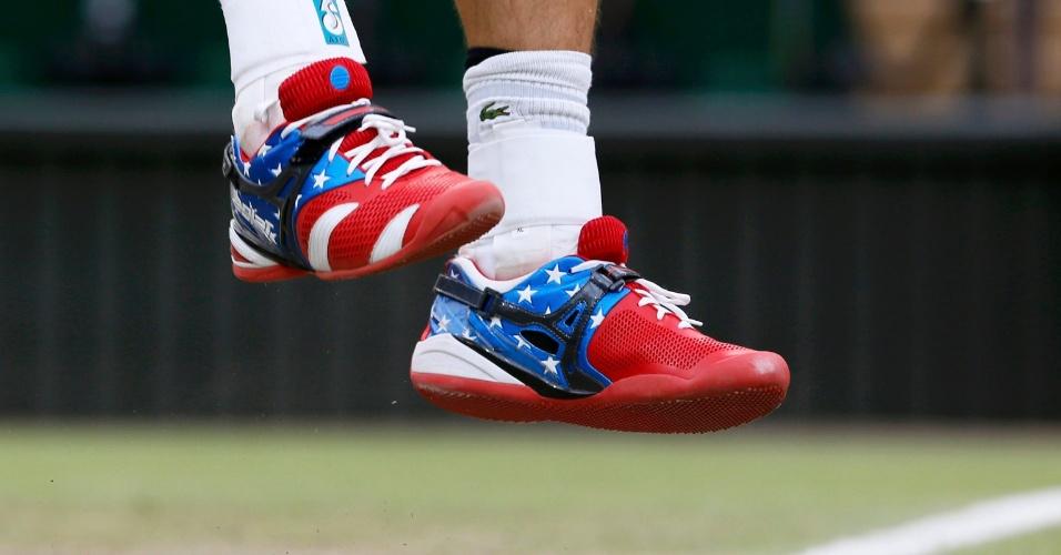 Detalhe do tênis do tenista Andy Roddick com as cores da bandeira norte-americana
