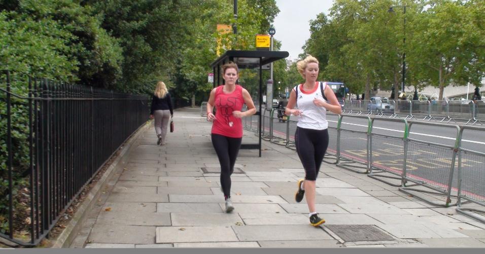 Em trecho de parque na prova, não há pub à vista e muita gente ultrapassando o maratonista etílico