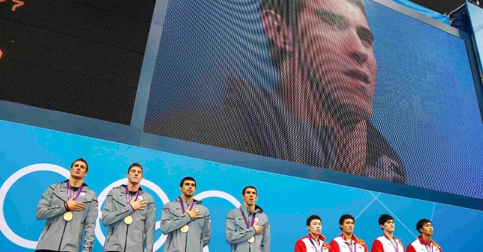 Equipe do 4x200 m livre no pódio. Ouro foi 19ª medalha de Michael Phelps