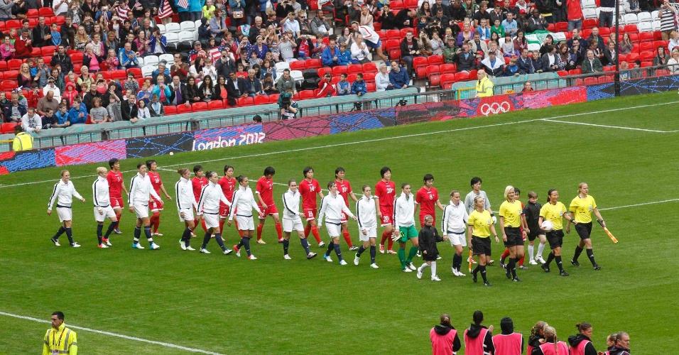Equipes entram no gramado do Old Trafford, para disputa entre Estados Unidos e Coreia do Norte