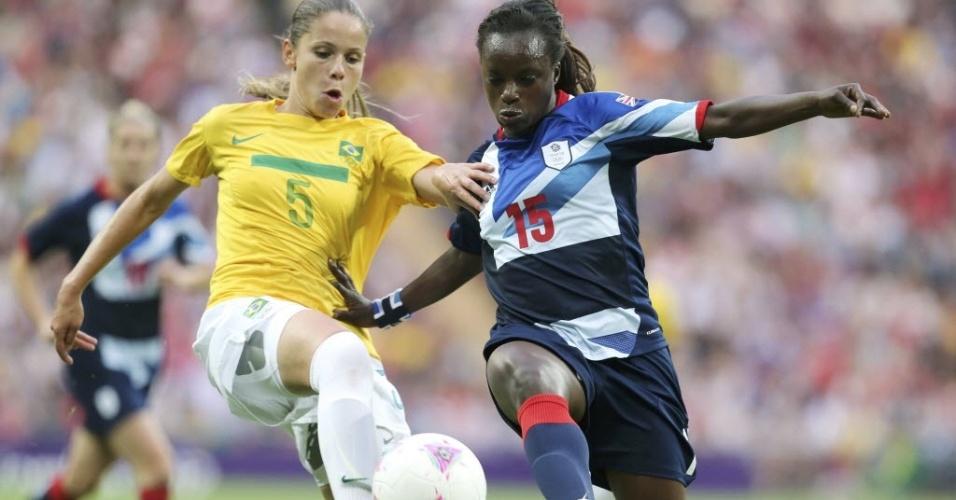 Érika, da seleção brasileira, disputa a bola com a britânica Eniola Aluko, durante partida em Londres
