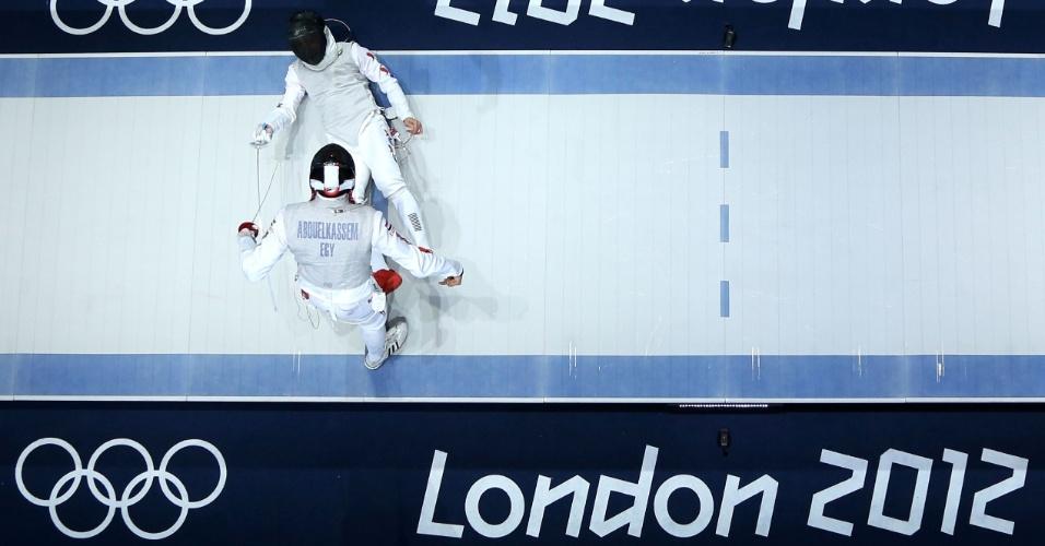 Esgrimista Alaaeldin Abouelkassem, do Egito, compete com coreana Byungchul Choi nesta terça-feira (31/07)