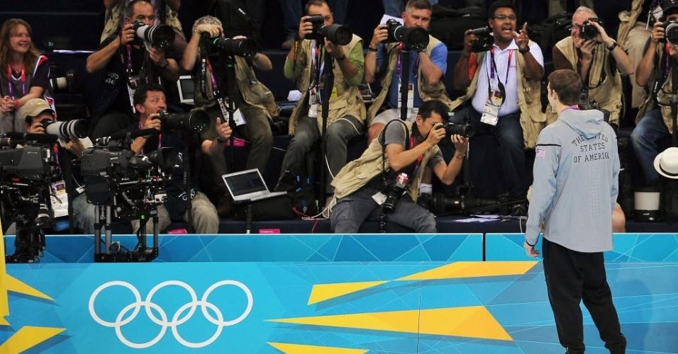 Fotógrafos disputam espaço para clicar Michael Phelps depois de decretar recorde de medalhas olímpicas