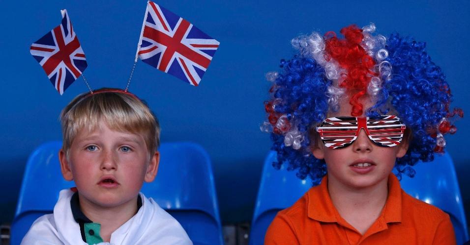 Garotinhos se equipam com as cores do Reino Unido para assistir aos duelos desta terça-feira no judô em Londres (31/07/2012)