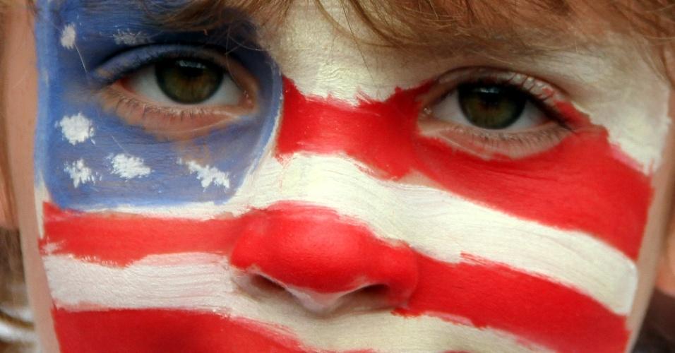 Garoto norte-americano pinta rosto com a bandeira do país para torcer por seleção feminina de futebol em jogo contra a Coreia do Norte