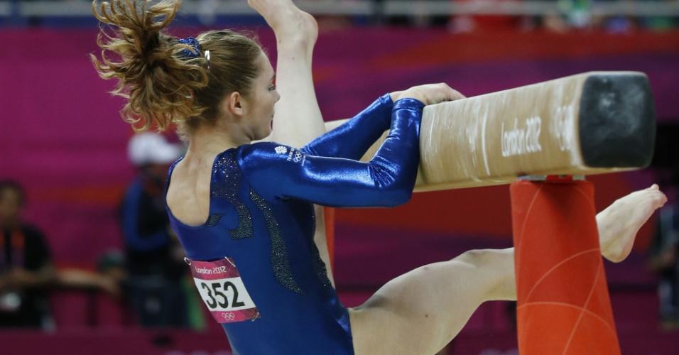 Ginasta britânica Jennifer Pinche tenta levantar após cair em sua apresentação de trave na final feminina por equipes da ginástica artística (31/07/2012)