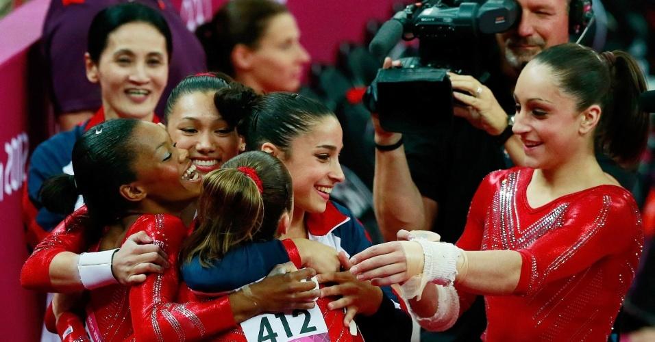 Ginastas norte-americanas parabenizam a colega McKayla Maroney após grande salto na final feminina por equipes da ginástica artística (31/07/2012)