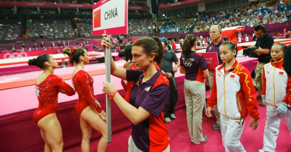 Ginastas trocam de aparelhos e mudam de rotação durante a final por equipes da ginástica artística feminina em Londres (31/07/2012)