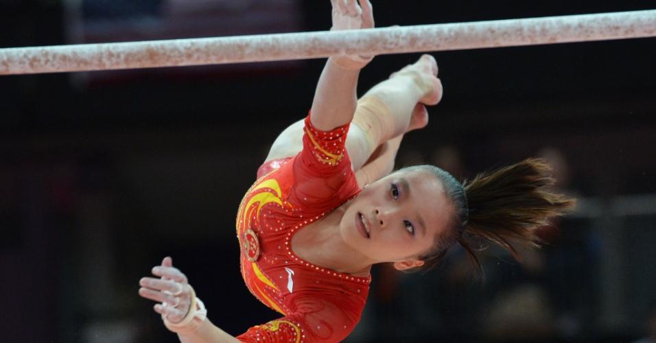 Imagem registra a chinesa Yao Jinnan trocando de barras na sua apresentação de assimétricas durante a final feminina da ginástica artística em Londres (31/07/2012)