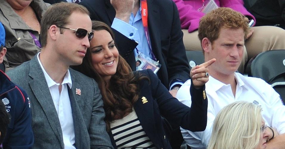 Integrantes da família real, príncipes e Kate Middleton acompanham provas de hipismo nesta terça-feira (31/07) nos Jogos de Londres