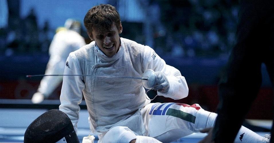 Italiano Andrea Baldini fica no chão após receber golpe na competição de esgrima (31/07/2012)
