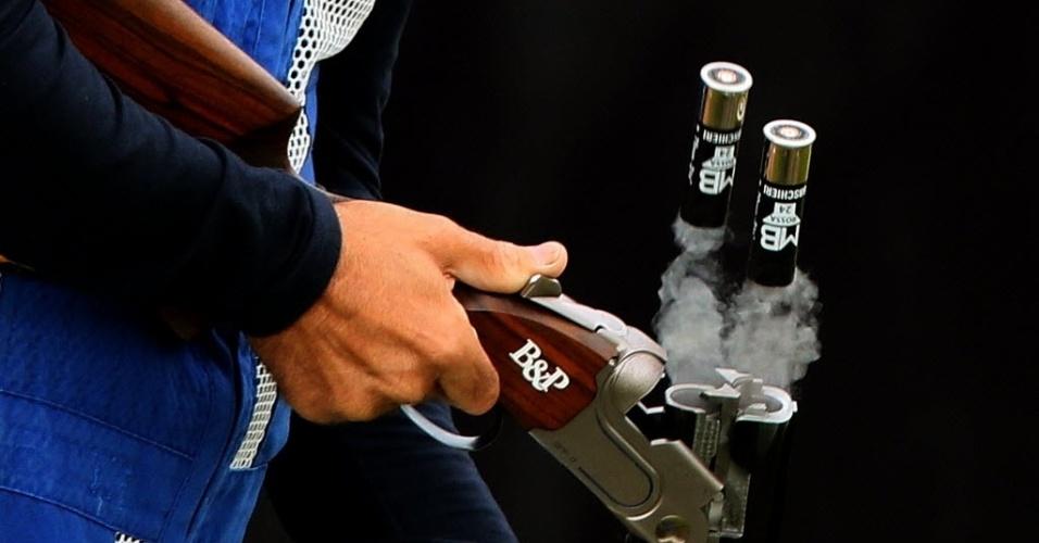 Italiano Ennio Falco remove os cartuchos de sua arma durante competição de tiro nesta terça-feira (31)