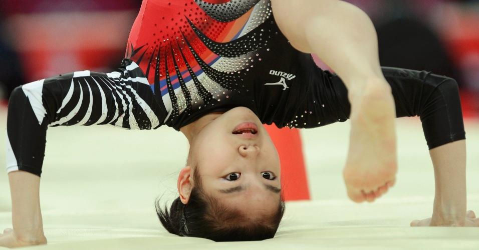 Japonesa Yu Minobe cai da trave e bate a cabeça no chão durante a final feminina por equipes da ginástica artística (31/07/2012)