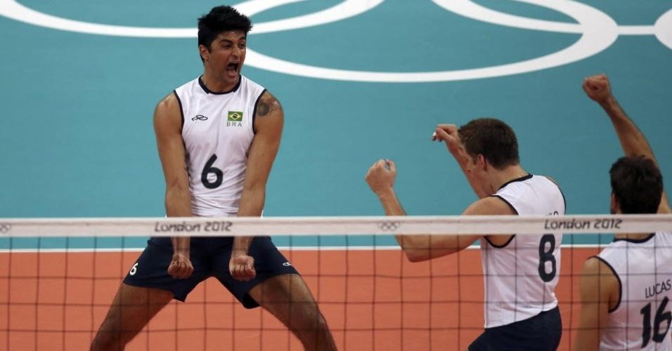 Jogadores brasileiros comemoram ponto da equipe no duelo contra a Rússia
