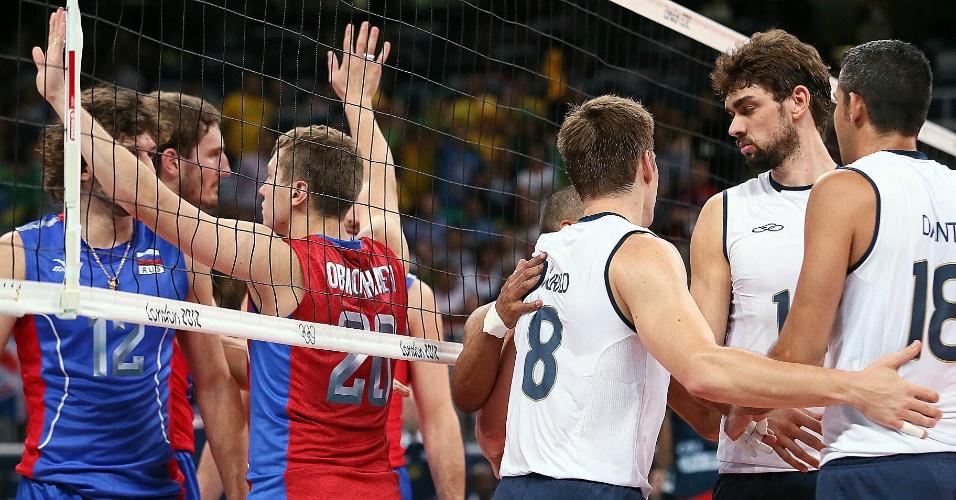Jogadores brasileiros e russos se estranham na rede durante a segunda partida das equipes em Londres