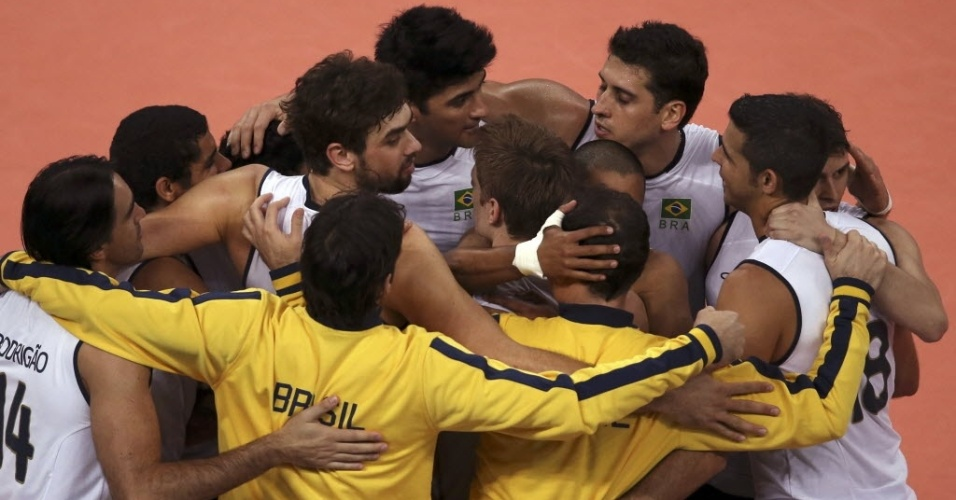 Jogadores brasileiros se abraçam e comemoram a vitória tranquila sobre a Rússia