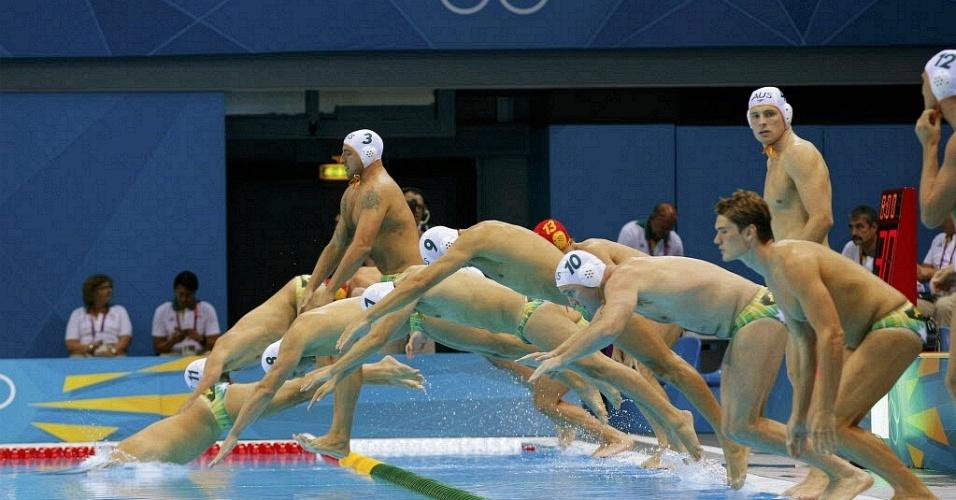 Jogadores da Austrália mergulham na piscina antes de iniciar a partida de polo aquático contra o Cazaquistão (31/07/2012)