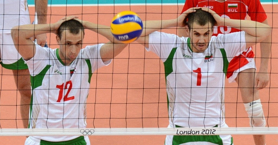 Jogadores da Bulgaria fazem pose durante partida de vôlei contra a Polônia (31/07/2012)
