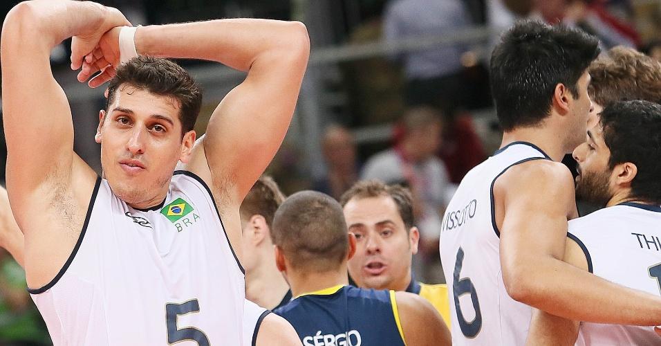 Jogadores da seleção brasileira comemoram a tranquila vitória sobre a Rússia por 3 sets a 0