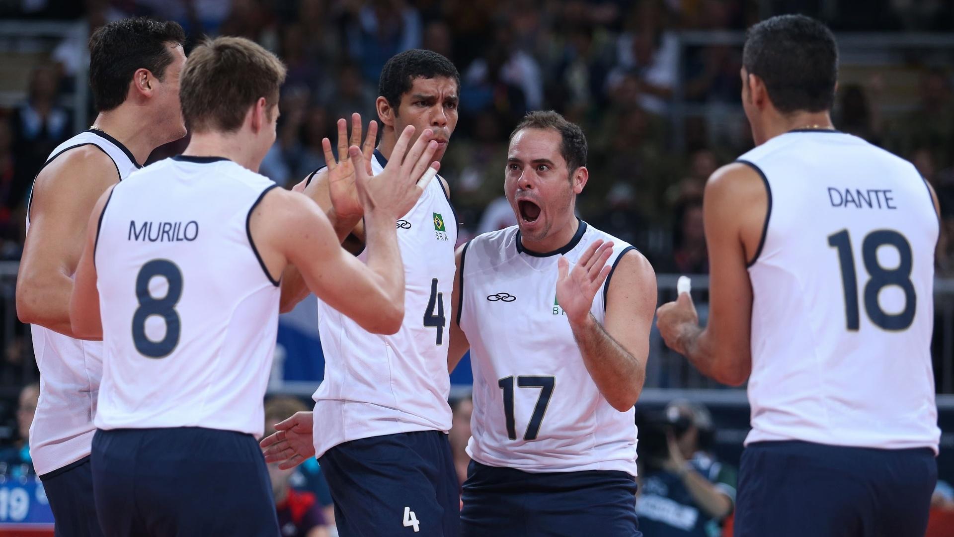 Jogadores da seleção brasileira festejam ponto no terceiro set da vitória sobre a Rússia