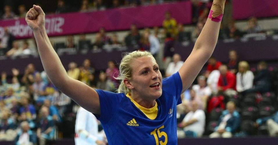 Johanna Ahlm, jogadora de handebol da Suécia, comemora gol no duelo contra a Noruega