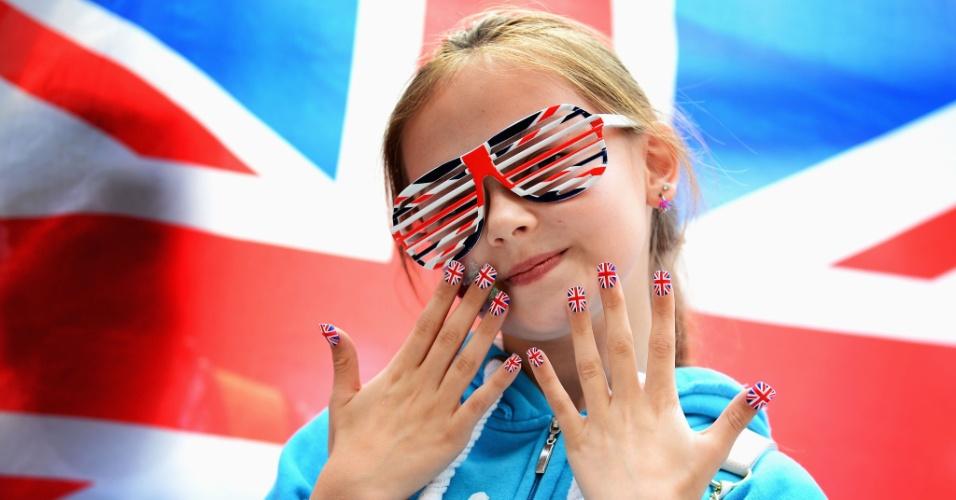 Jovem torcedora britânica exibe unhas e óculos com a bandeira do Reino Unido