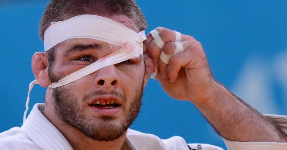 Judoca norte-americanoTravis Stevens sofre durante combate contra o alemão Ole Bischof na categoria -81 kg
