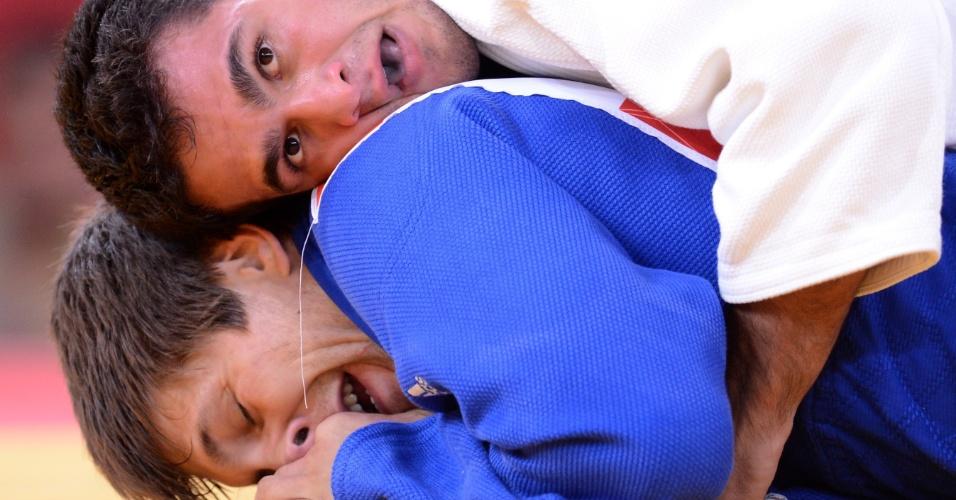 Leandro Guilheiro, de branco, derrotou Konstantins Ovchinnikovs, da Letônia, na primeira luta da categoria até 81 kg em Londres