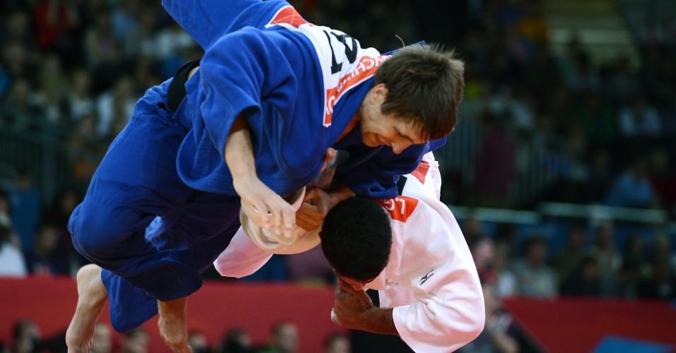 Leandro Guilheiro, de branco, derruba Konstantins Ovchinnikovs, da Letônia, em seu primeiro combate na categoria até 81 kg