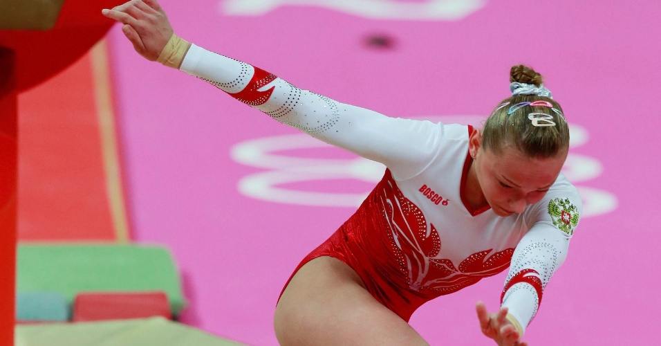 Maria Paseka, atleta russa da ginástica cai do cavalo na final por equipes desta terça-feira (31/07)