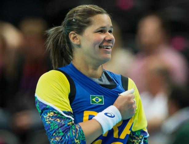 Mayssa, goleira da seleção brasileira de handebol, comemora vitória sobre Montenegro na Olimpíada