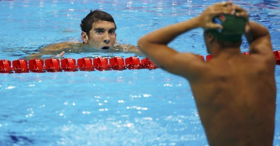 Michael Phelps olha para Chad le Clos após perder a medalha de ouro nos 200 m borboleta