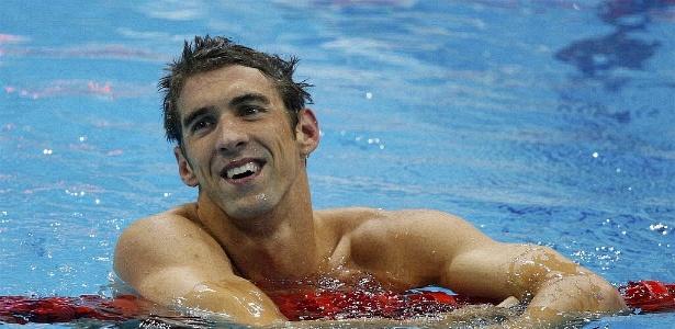 Phelps sorri após conquistar a medalha de ouro no revezamento 4 x 200 livre com a equipe dos EUA