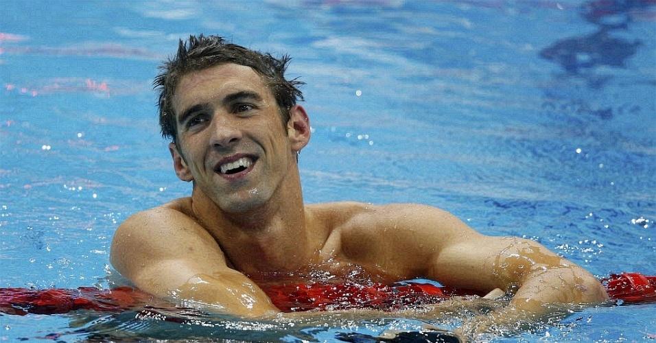 Michael Phelps sorri após conquistar a medalha de ouro no revezamento 4 x 200 livre com a equipe americana (31/07/2012)