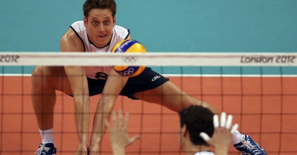 Murilo, ponta da seleção brasileira de vôlei, se abaixa para fazer recepção de saque russo